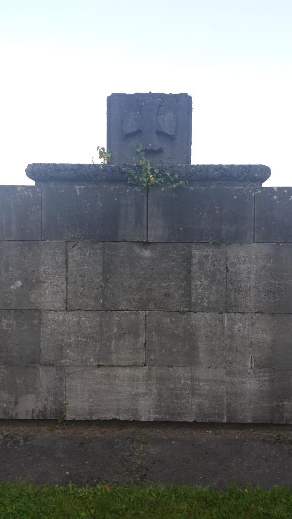 Kriegerdenkmal am Fuß des Feldes